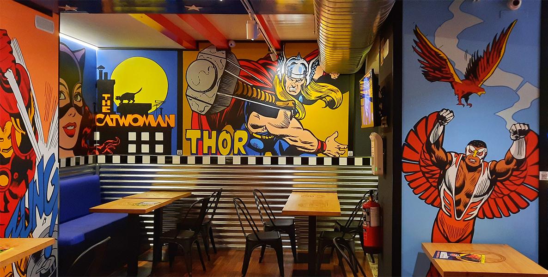 Mural decorativo de Comic Planet con Thor y el Halcón.